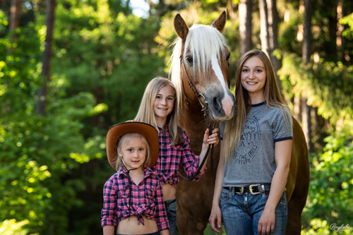 Drei Mädchen im Cowboy Outfit mit Haflinger