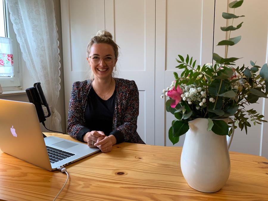 Ann-Christin von Ponyliebe Fotografie am Schreibtisch vor dem Laptop