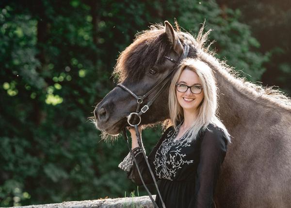 Ann-Christin Vogler von Ponyliebe Fotografie mit ihrem Pflegepferd Freisting