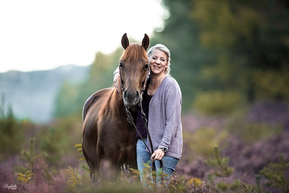 Blonde Frau und ihr Fuchs in der Heide Pferdefotografie Nürnberg